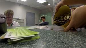 Как можно обменять монеты на бумажные деньги